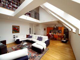 Georg Siegl Gasse, Wohnzimmer, Küche, Lufttraum, Galerie, Geländer, Sofa, Esstisch, ( Voll im Trend - die im Wohnraum integrierte Küche mit Essplatz)