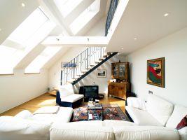 Gerog Siegl Gasse, Wohnzimmer, Treppe, Stiege, Eichenholzstiege, Sofa, Luftraum Spots, Dachflächenfenster, Velux, (Wohnzimmerbereich mit Luftraum)