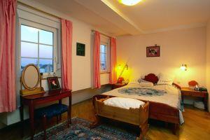 Ein gemütliches Schlafzimmer mit einem riesigen 2,0 x 2,2 Meter grossen Wasserbett