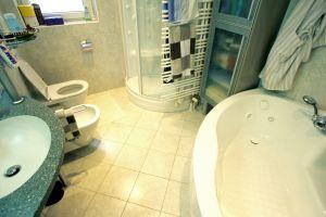 Türkenstrasse, Bad, Bodenfliesen, Wandfliesen, Feinsteinzeug, Badewanne. ( Die Bodenfliesen im Badezimmer wurden diagonal verlegt )