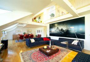 Gumpendorferstrasse, Wohnzimmer, Essbereich, Esszimmer, Teppich, Möbel, Sitzgarnitur, Sofa, ( Das riesige Bild eines befreundeten Künstlers passt genau ins Wohnzimmer.)