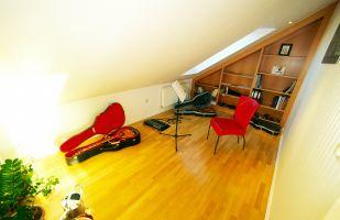 """Gumpendorferstrasse, Musikzimmer, Gitarre, Dachschräge, ( In so einem grossen Penthouse kann auch schon einmal laut in die Saiten gehaut werden."""""""