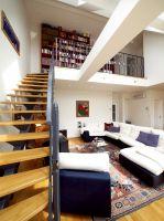 Georg Siegl Gasse, Wohzimmer, Treppe, Stiege, Eichenholzstiege, Einholmstiege, Stahlkonstruktion, ( Der für die Stahlkonstruktion notwendige Querträger bildet eine architektonischen Blickpunkt im Wohnzimmer )