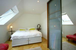 Türkenstrasse, Schlafzimmer, Bett, Dachschräge, ( Die Schlafzimmer sollten, so wie hier im lärmarmen Hintertrackt eines Dachbodenausbaus situiert sein, weiters sollten diese nicht zu sehr mit Fenstern belichtet, und durch Innen- oder Aussenjaulosien verdunkelbar sein.)