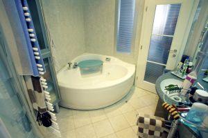 Türkenstrasse, Bad, Badewanne, Whirlpool, Türen, Tür, weisse Tür, Holztüre, Drevo, ( Das dem Schlafzimmer direkt angeschlossene Badezimmer wird über die verglaste Tür und einer Fixverglasung belichtet, in die Ecke passt der Whirlpool )