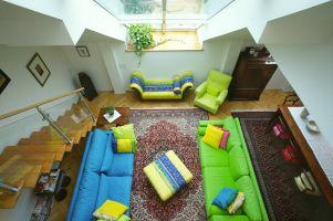 Türkenstrasse, Wohnzimmer, Luftraum, Teppich, Sofa, Stiege, Treppe, Fensterbrett, (Das Wohnzimmer wird über den Luftraum erst so richtig grosszügig, offen und gross.)